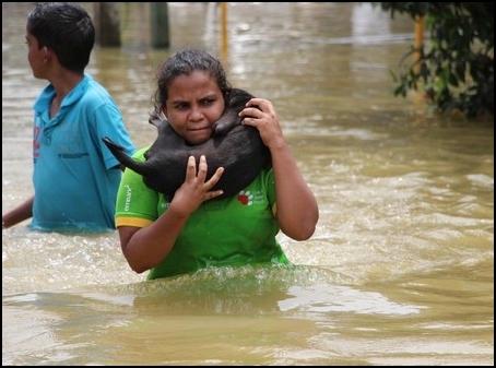 vrouw met geredde hond
